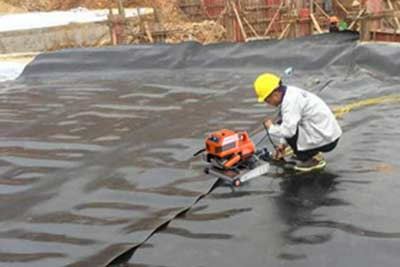 Pond liner welding machine used in fishpond construction